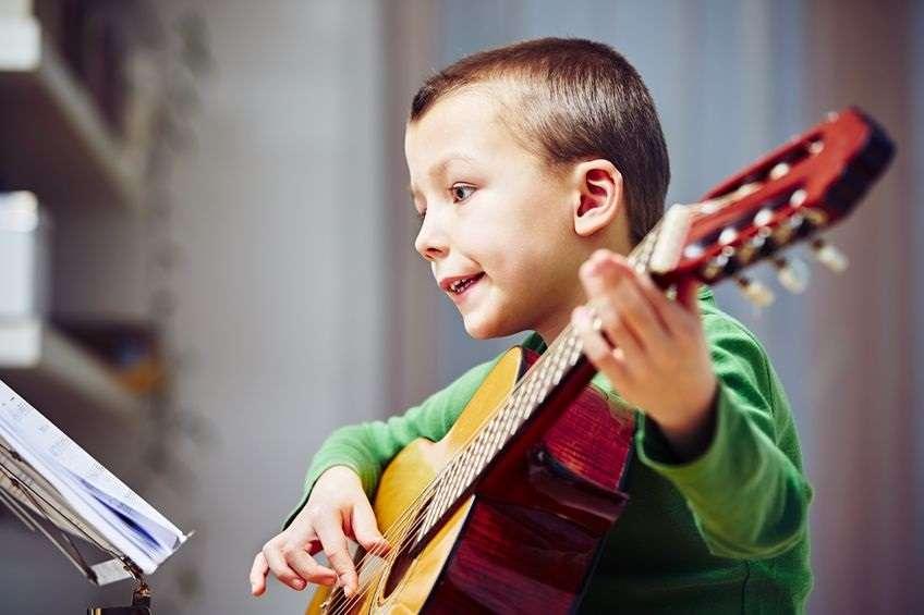 ¡Ayuda! ¿Cómo escojo la primera guitarra de mi hijo/a?